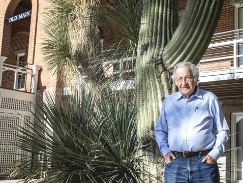 Noam Chomsky outside of Old Main at the UA. (Photo: John de Dios)