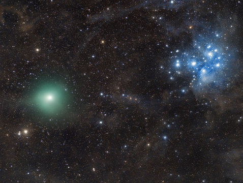 Comet P46/Wirtanen (left) is seen here crossing a dark, moonless night sky on Dec. 17, with the Pleiades looming in the background. (Photo: Vincent Cheng, Guangdong, China)