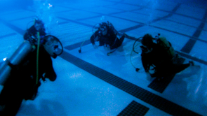 Students learn to breathe comfortably underwater in the deep end of the Rec Center pool. (Photo: Ernesto Trejo/UANews)