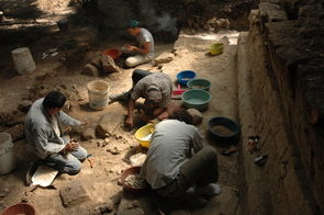 Archaeologists excavate the royal palace of Ceibal. (Photo: Takeshi Inomata)