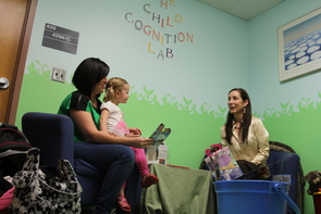 Rebecca Gómez explains her research to Anniston's mother, Jennifer Bolt, in the Child Cognition Lab. (Photo: Daniel Stolte/UANews)
