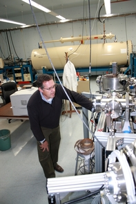 UA physicist Greg Hodgins awaits results from the accelerator mass spectrometer. (Photo: D. Stolte/UANews)