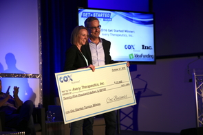 Jen Watson of Avery Therapeutics accepts the $25,000 award from Ken Craft, vice president of marketing for Cox Business. (Photo: Paul Tumarkin/Tech Launch Arizona)