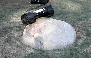 A rover scaling a boulder bigger than itself. (Photo: Wolfgang Fink)