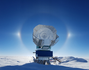 The South Pole Telescope takes advantage of Antarctica's extremely dry atmosphere and dark night skies. (Photo: Junhan Kim/University of Arizona)