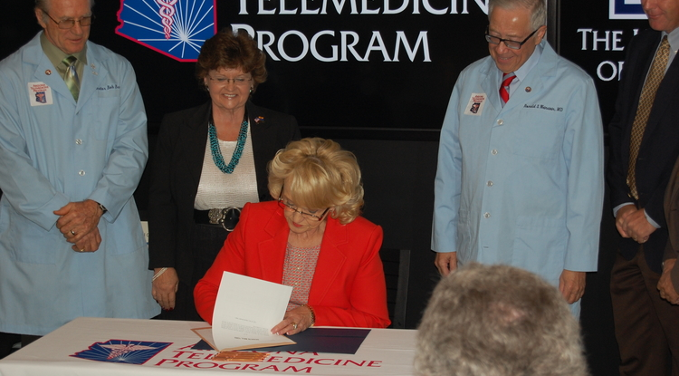Gov. Jan Brewer signed Senate Bill 1353 at the UA College of Medicine-Phoenix.