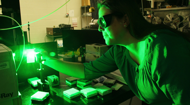 Vanessa Huxter uses ultra-fast laser pulses to study physical processes in diamonds that happen on a time scale of a few nanoseconds – billionths of a second. (Photo: Beatriz Verdugo/UANews)