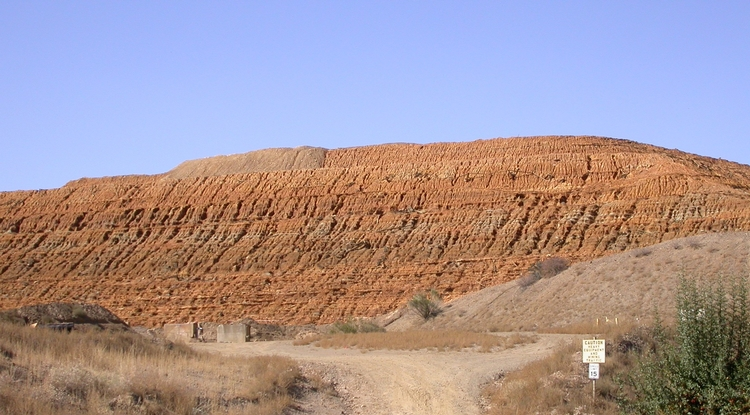 The front of the mine tailings pile at the Iron King Mine and Humboldt Smelter Superfund Site in Yavapai County. (Photo: UA Superfund Research Program)