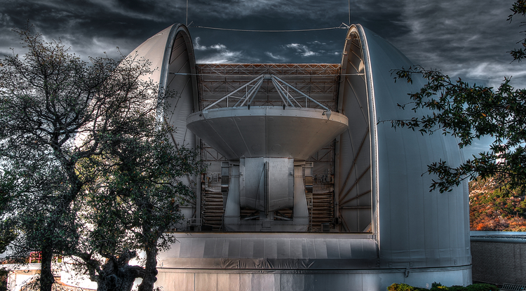The new 12-meter telescope of the Arizona Radio Observatory in its dome at Kitt Peak. (Photo: Thomas Folkers)