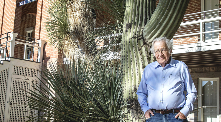 Noam Chomsky outside of Old Main at the UA. (Photo: John de Dios)
