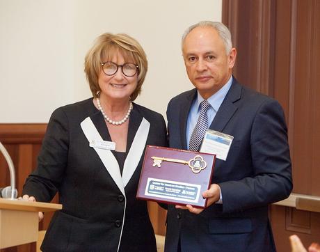 UA President Ann Weaver Hart presents a symbolic key to the UNAM Center for Mexican Studies to Francisco Trigo, UNAM's international development secretary. (Photo: John de Dios/UANews)
