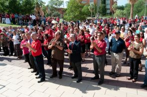 Hundreds of people welcome President Ann Weaver Hart to the UA.