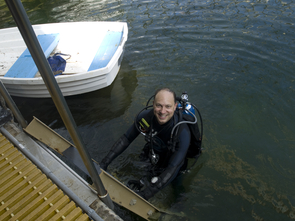 UANews science writer Daniel Stolte getting ready for a dive in the Biosphere 2 ocean. (Photo: Shelley Littin/UANews)