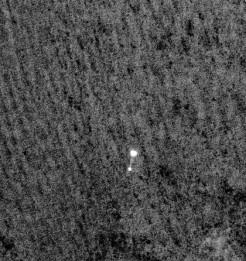 The HiRISE image of the lander and parachute. (Photo by: NASA/JPL/University of Arizona)