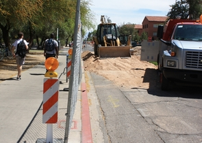 A chain-link fence separates sidewalks from road construction along Second Street near the Slonaker House. (Photo by Jeff Harrison/UANews)