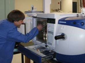 Caption: ALEC Associate Research Scientist Leif Abrell installs a column in the gas chromatography tandem mass spectrometer, an instrument that measures trace amounts of organic contaminants such as pharmaceuticals in environmental samples. (Credit: Courtesy of the Arizona Laboratory for Emerging Contaminants, UA)