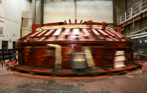 The UA's Steward Mirror Lab makes the world's only honeycomb mirrors in a process called spin casting inside this spinning furnace built in the 1980s. (Photo: Patrick McArdle/UANews)