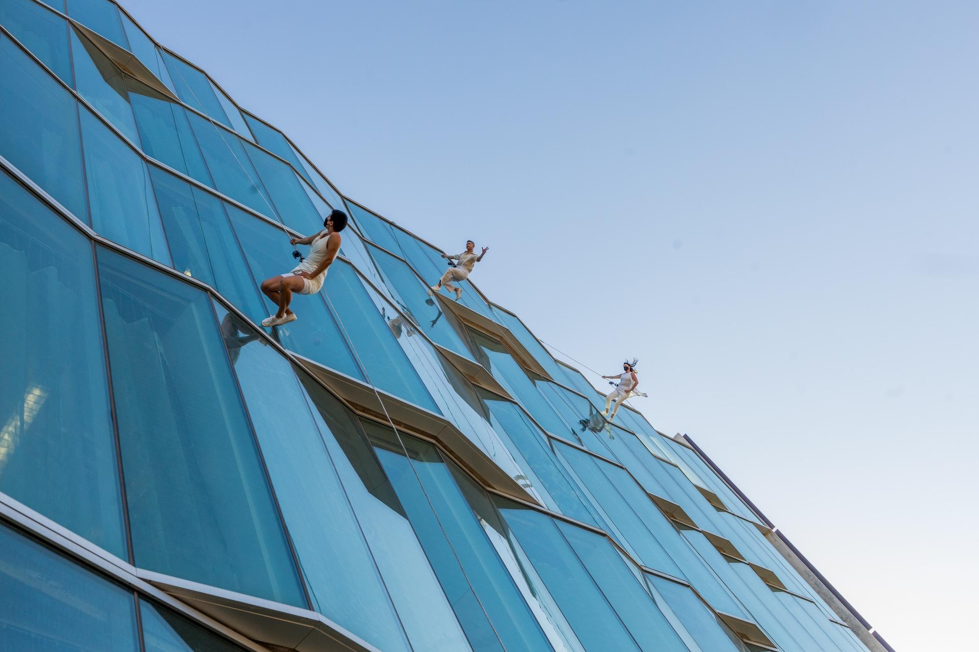 BANDALOOP vertical dancers