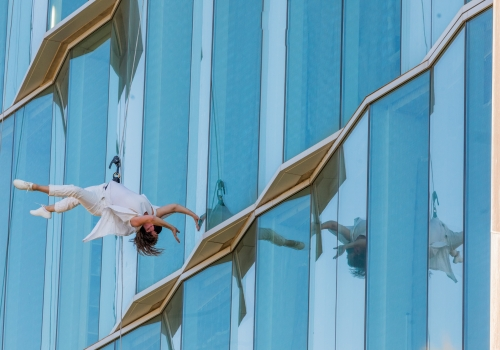 A BANDALOOP vertical dancer