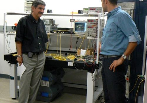 Doctoral degree candidate Aytekin Ozdemir describes a 40Gbps all-optical clock recovery subsystem, a critical function for next generation ultrahigh bit rate networks, to CIAN Director Nasser Peyghambarian.