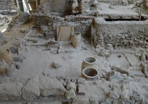 The earthquakes on Akrotiri seemed to happen in a couple of waves. One set did substantial damage to the town. There is evidence people started to repair the damage, but before repairs were complete, another set of quakes hit the town.It appears people a