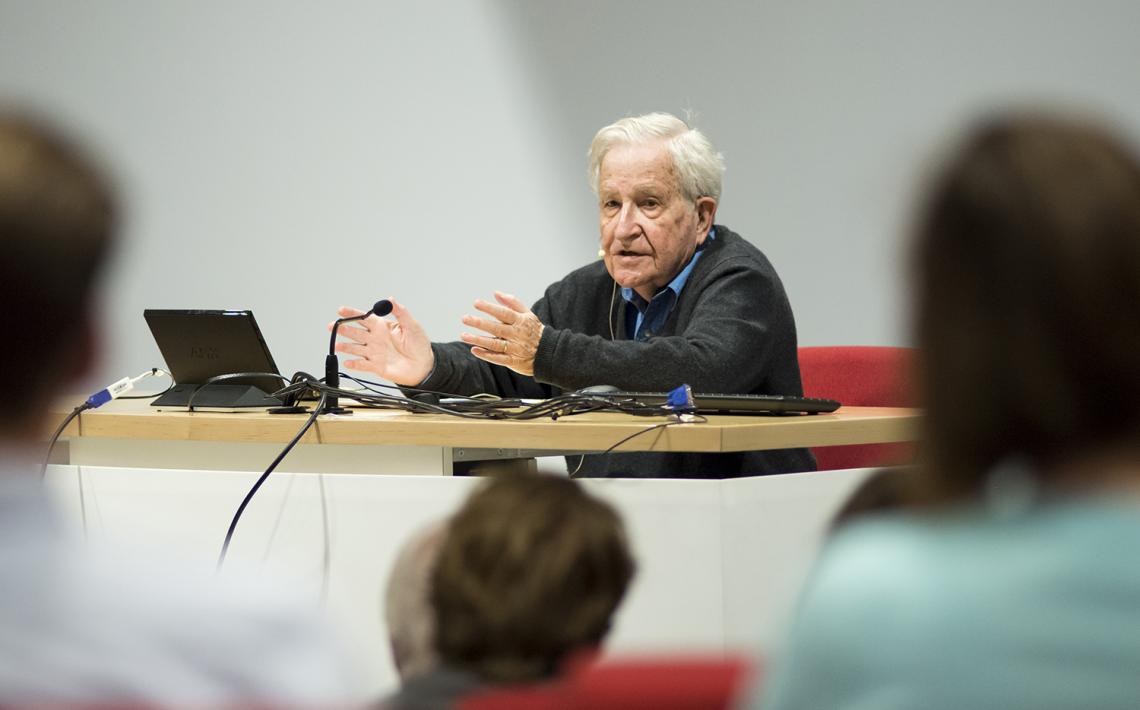 Noam Chomsky teaching a linguistics course at the UA in 2015. Chomsky challenges students to keep up with his knowledge of history and research.