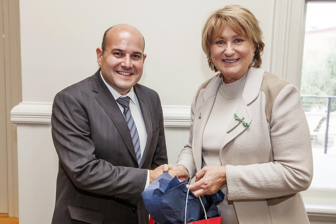 Brazilian mayor Roberto Cláudio Rodrigues Bezerra exchanges gifts with UA President Ann Weaver Hart.